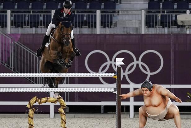 【博狗体育】东京奥运赛场惊现相扑雕像 选手:把赛马吓一跳!