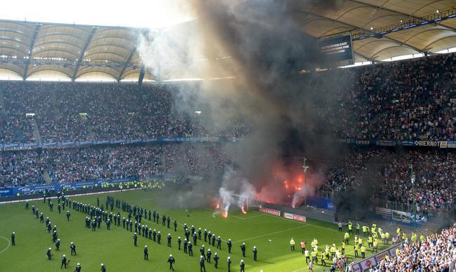 球迷投掷焰火