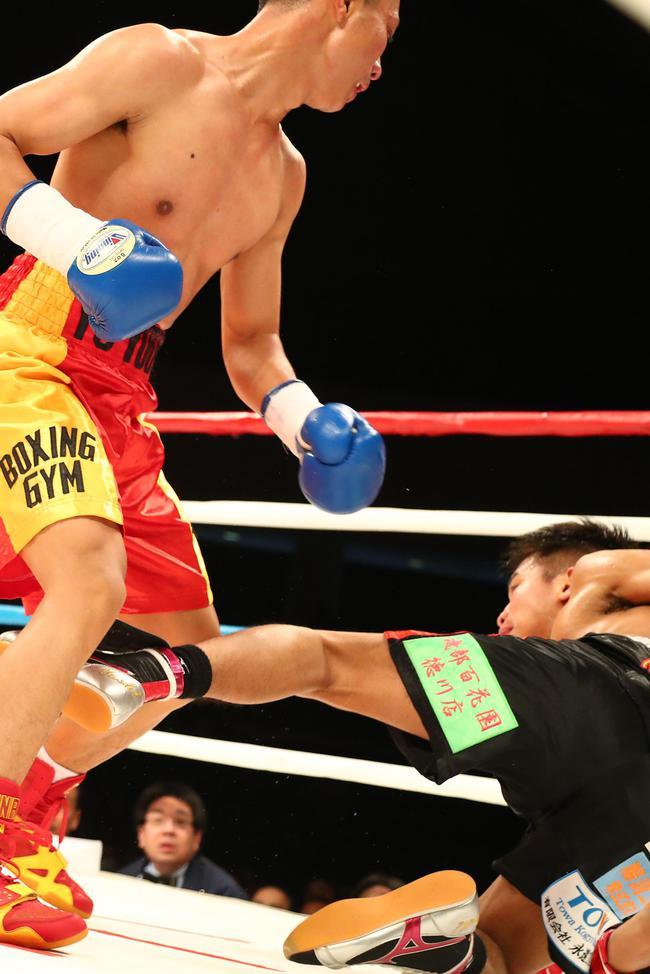 日本拳手被余友古击倒在地瞬间
