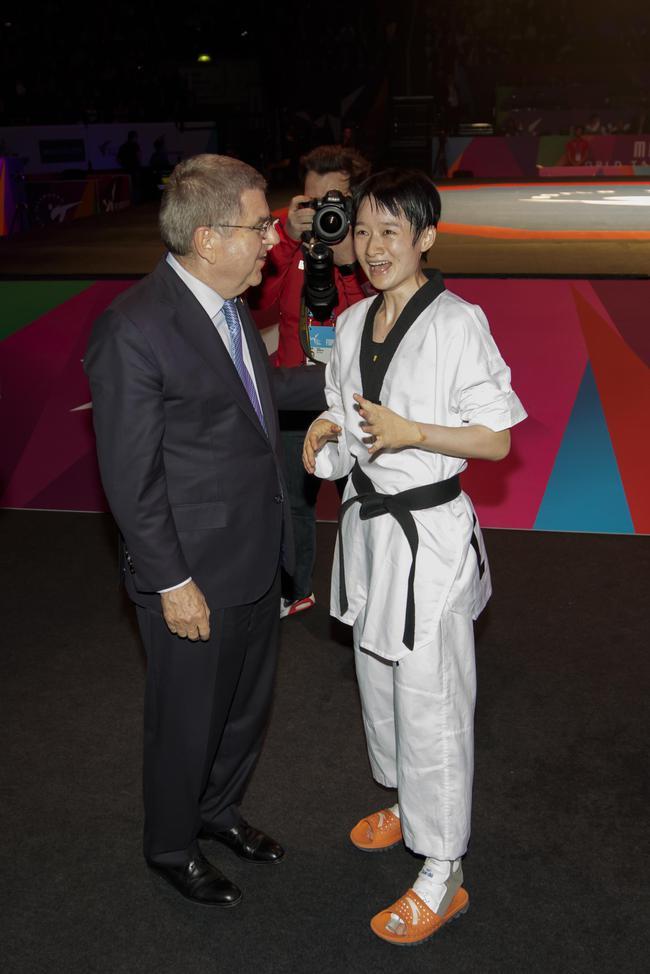 吴静钰(右)在与国际奥委会主席巴赫交谈 原料图