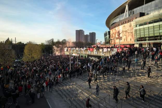 阿森纳球迷场外抗议 阿尔特塔:赢球一切会变好