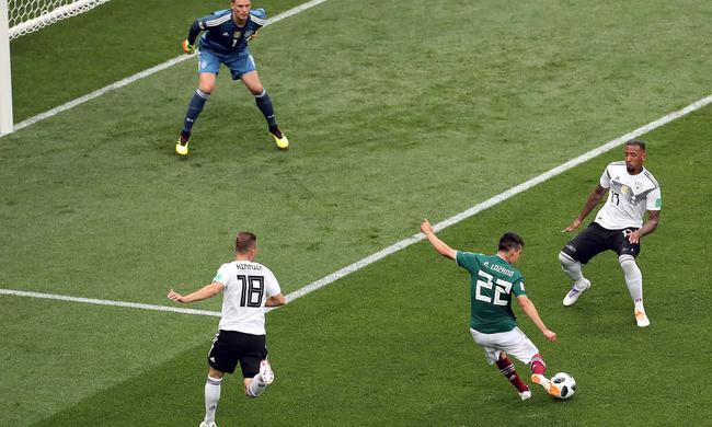 洛萨诺射门被博阿滕铲出