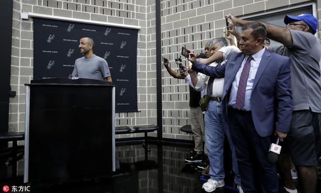【影片】又一個來「蹭吃」的了!他拖家帶口來馬刺現場看球,還能坐總經理包廂!-黑特籃球-NBA新聞影音圖片分享社區