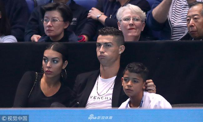 C罗和家人观战德约科维奇VS伊斯内尔的比赛