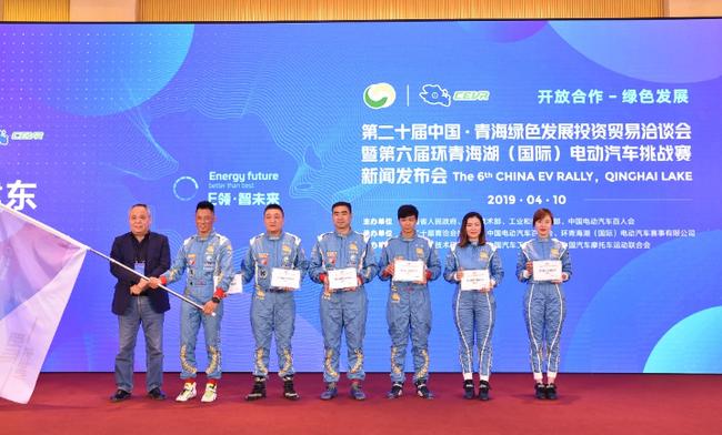 从左至右:何建东副主席、陈德安、黄锐、阮林、邓小文,谢思雯、王梦醒
