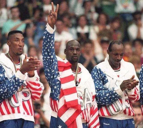 1992巴塞罗那奥运会上,身背nike合同的乔丹在领奖时用国旗遮挡领奖图片