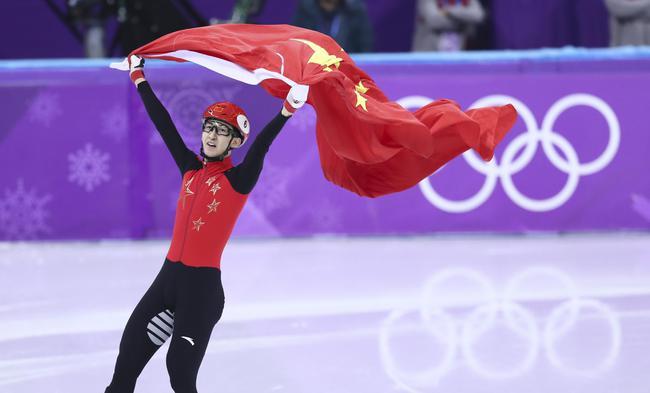武大靖祝贺胜利 新华社记者兰红光摄