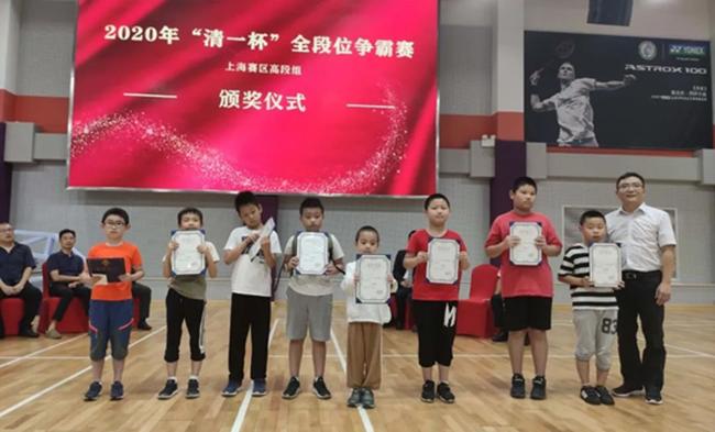 清一围棋总教头刘轶一老师为4段组二等奖颁奖