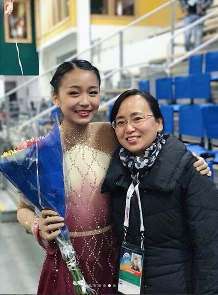 16岁美国华裔女孩朱易(左)