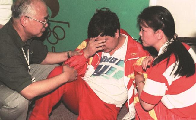 1996年奥运会,王义夫晕倒在赛场