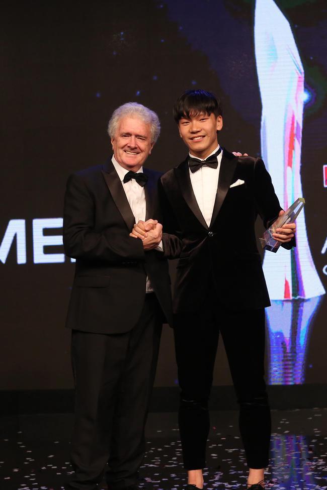 怪兽梦想车手曹卓领取东南亚F4年度冠军奖杯