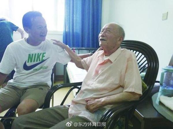 新民晚报记者此前探访方纫秋(右),聊聊足球缘 微博@东方体育日报 图