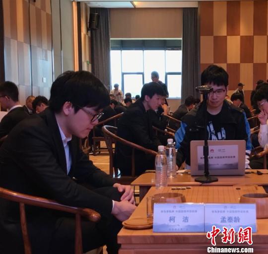 柯洁在第二十一届华为手机杯中国围棋甲级联赛上对弈。 宁远 摄