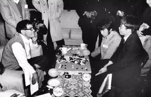 这是1985年11月20日,在北京举走的中日围棋擂台赛终结后,藤泽秀走(左)兴高采烈地和中方擂主聂卫平谈论今后中日围棋赛的前景。新华社记者程至善摄