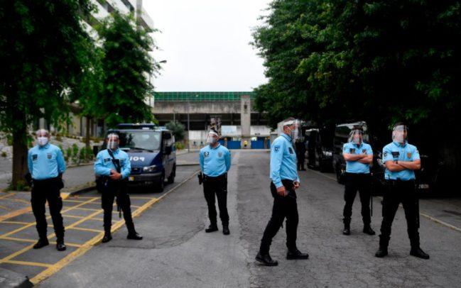 警察在球场外严防
