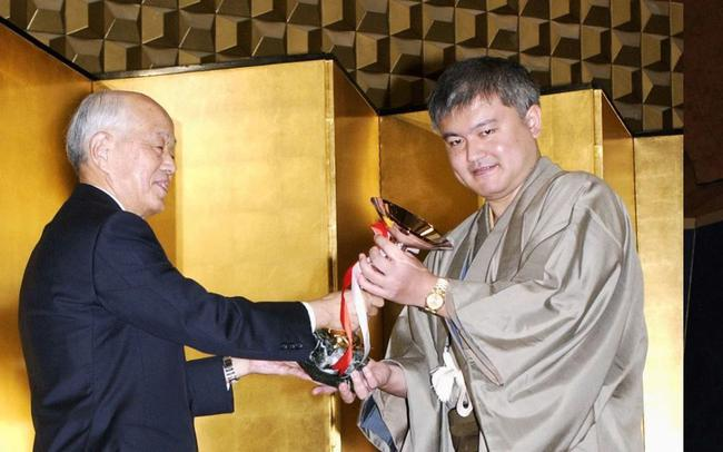 依田纪基(右)