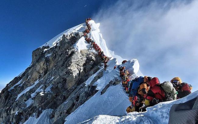 近日,珠穆朗玛峰迎来数百名希望爬上珠峰顶部的登山者。由于人数太多,通往山顶的路段出现拥堵及排队现象。 图/视觉中国