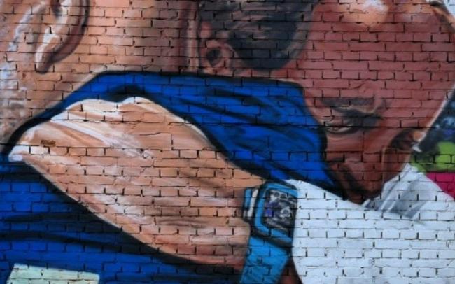 意大利夺欧洲杯经典搬上壁画 曼奇尼维亚利流泪相拥