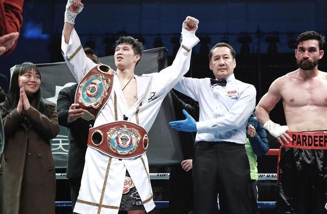 董有礼TKO印度排名第一拳王 对手受伤弯鹏躺赢