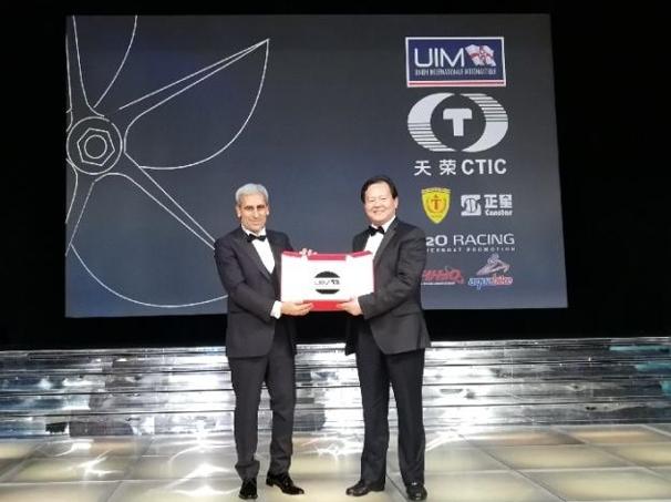 國際摩聯主席丘裏向中國天榮集團董事局主席李浩傑頒發國際動力艇運動傑出貢獻獎