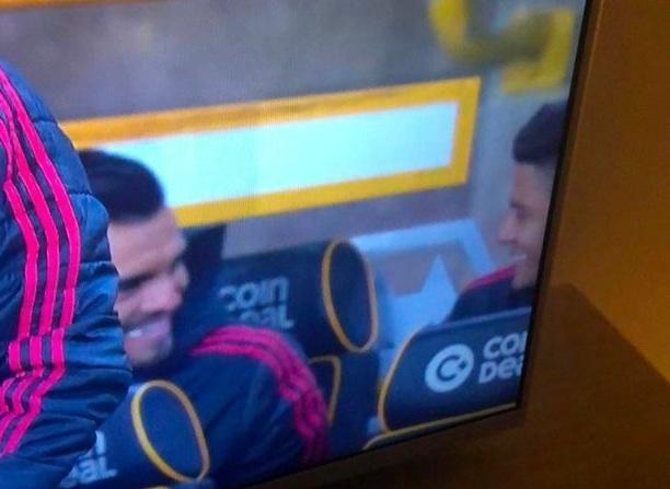 曼联落后时两将板凳上恶作剧!球迷痛斥:羞耻