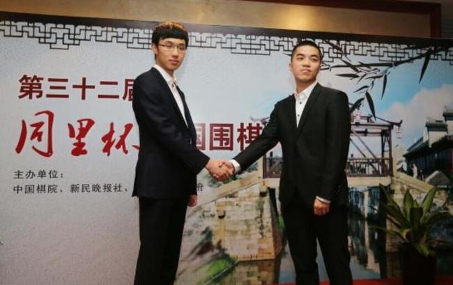 天元赛两名对弈棋手连笑(左)与谢科是围甲队伍的队友