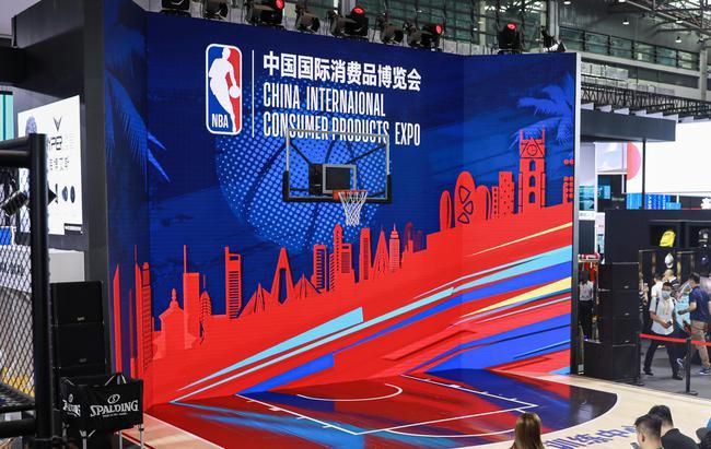 NBA亮相首届中国国际消费品博览会,为球迷带来别具特色的展示内容