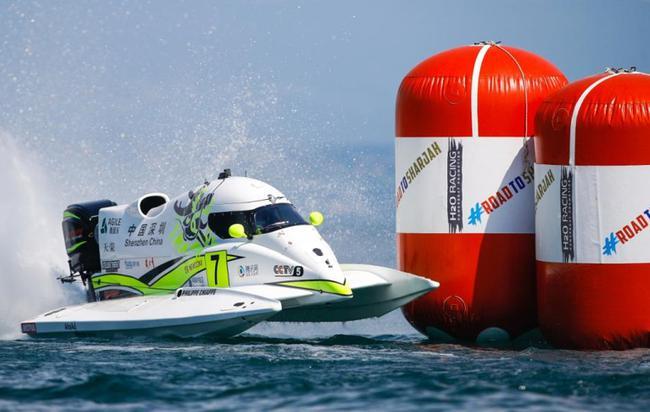 本年的法国依云年夜奖赛上,菲利普•洽培驾驶7号赛艇妥当天经由过程浮标