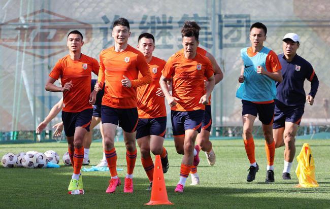 山东泰山基地内重新集结 众将进行有球恢复性训练