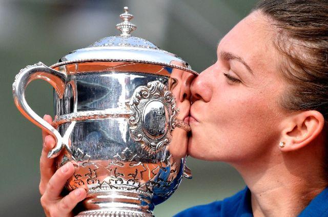 6月9日,哈勒普在夺冠后亲吻奖杯。