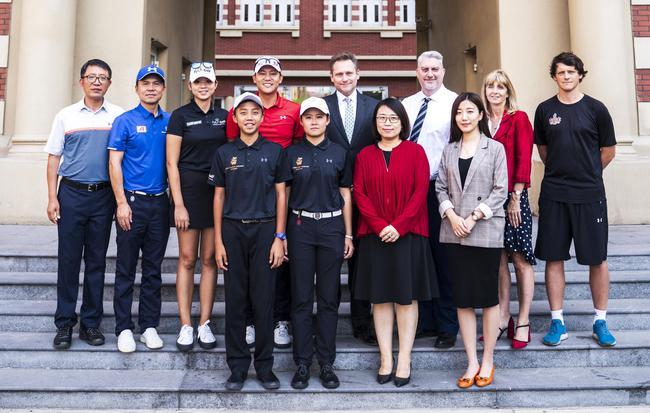 天津惠靈頓學校教師、飛樂國際高爾夫學院教練與學員傅鴻宇、安彤及學生家長合影