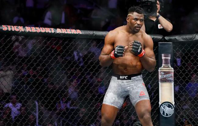 纳干诺已经连续KO秒杀了两位重量级摔跤手