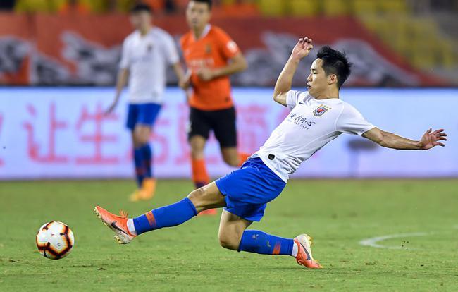 8月15日,山东鲁能队球员段刘愚在比赛中拼抢。新华社记者熊琦摄