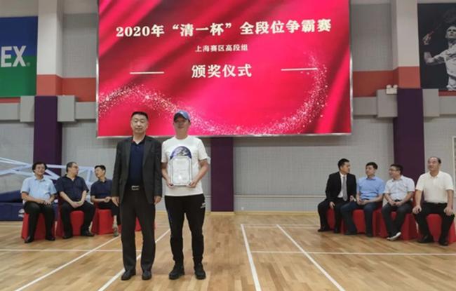 中国围棋协会副主席兼秘书长王谊先生为4段组一等奖成人棋手颁奖