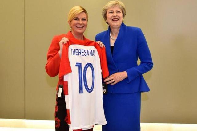 基塔罗维奇赠英首相球衣