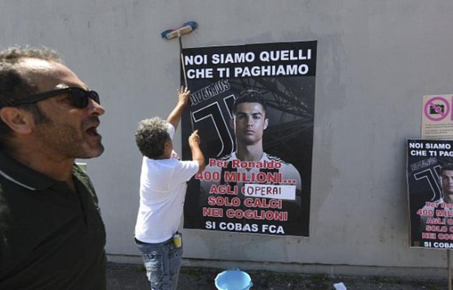 工人贴抗议C罗加盟的海报