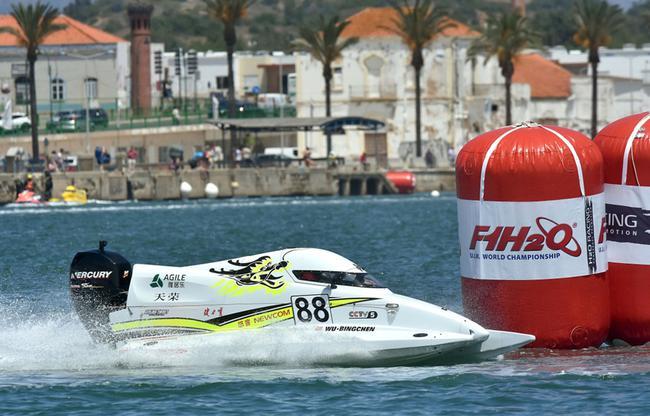 本年的葡萄牙波我蒂芒年夜奖赛青年粗英赛上,中国天枯队吴昺辰驾驶88号赛艇阐扬超卓,获得第三名的好成就