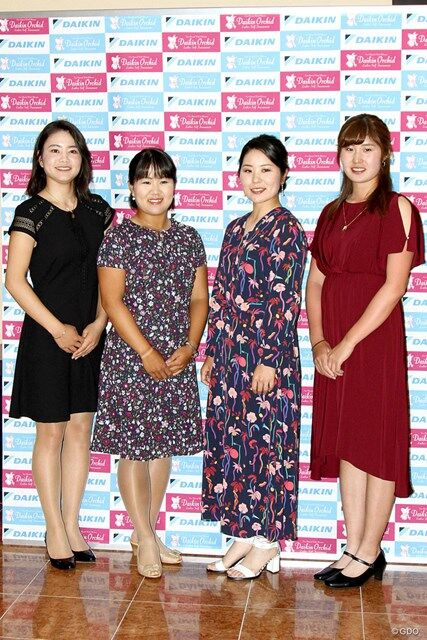 畑冈奈纱(左二)