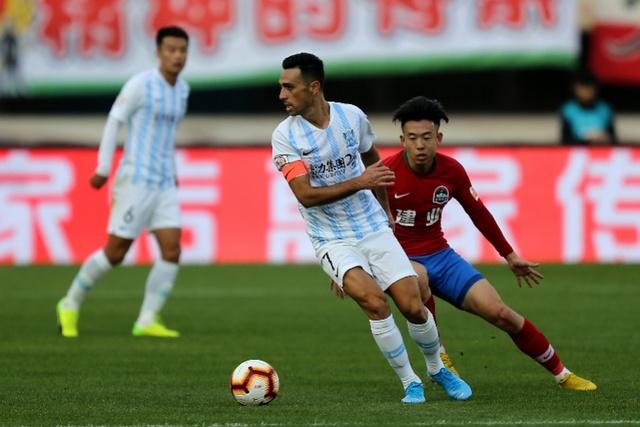 2019年12月1日,广州富力球员扎哈维(中)在对河南建业的比赛中控球。这是上赛季中超的最后一轮比赛。 新华社发