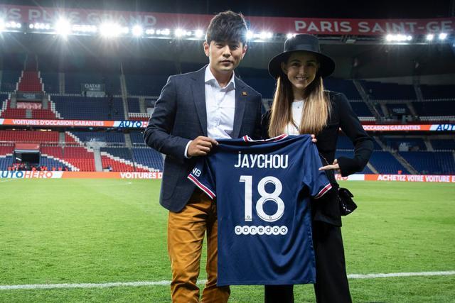周杰伦获赠巴黎18号球衣  两大球星与周董夫妇合影