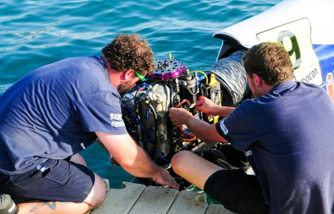 大泰西队的死板师在9号赛艇下水时仍不忘确保安详发动机的性能