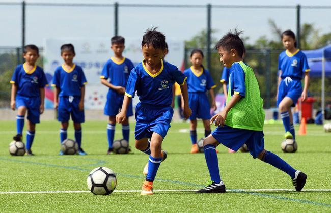 ↑8月13日,小球员在训练课上练习过人。新华社记者 杨冠宇 摄