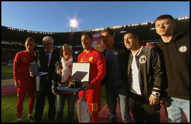 阿扎尔赛前获颁国家队百场祝贺奖杯