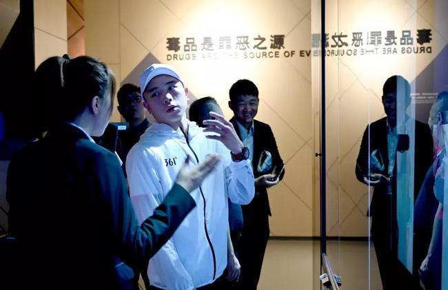 徐灿在参观中听取工作人员讲解