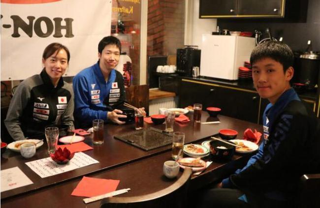 日本队员以放松的表情享受了久违的日式料理