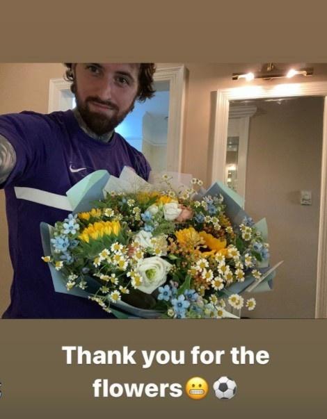 津門虎集訓球迷熱情圍觀 小球迷贈送卡達爾鮮花
