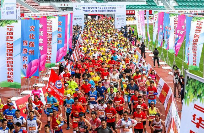 2019延吉国际马拉松精彩开赛 名人父子为爱同跑