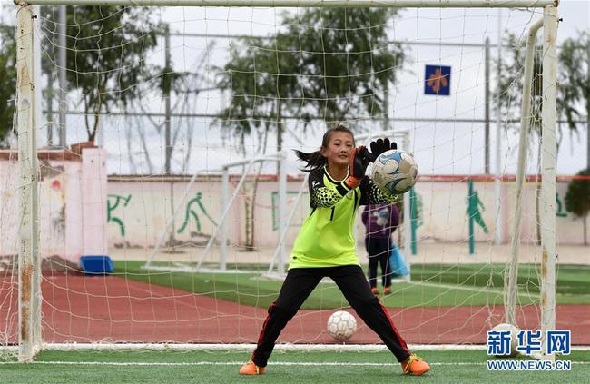 """像赵璐婷这样热爱足球的孩子,曾经在中连川只能""""望山兴叹""""。"""