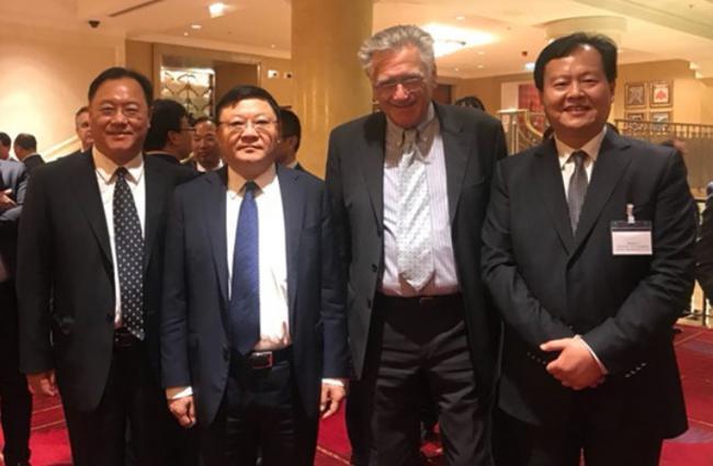 左起:深圳前海管理局局长杜鹏、深圳市委书记王伟中、国际摩联F1主席尼克鲁、国际摩联F1委员、中国天荣集团董事局主席李浩杰