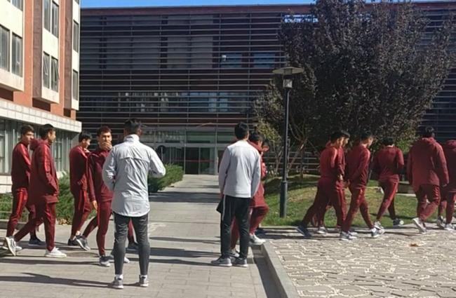 球員集體前去吃午飯。澎湃新聞見習記者 於渤 圖